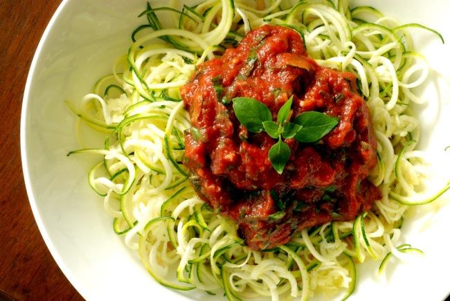 פסטה מקישואים חיים ברוטב עגבניות, תמרים ועשבי תיבול - לא להאמין עד שטועמים