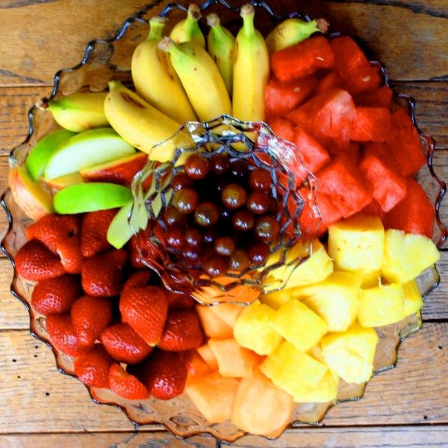 צלחת פירות חתוכים לארוחת צהריים - אוכלים עד ששבעים