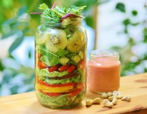 פירות ירקות ומעט אגוזים מספקים לגוף אחוז מושלם של חלבון. סלט בצנצנת גם זו דרך..